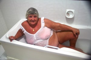 Grandma masturbates in the bath