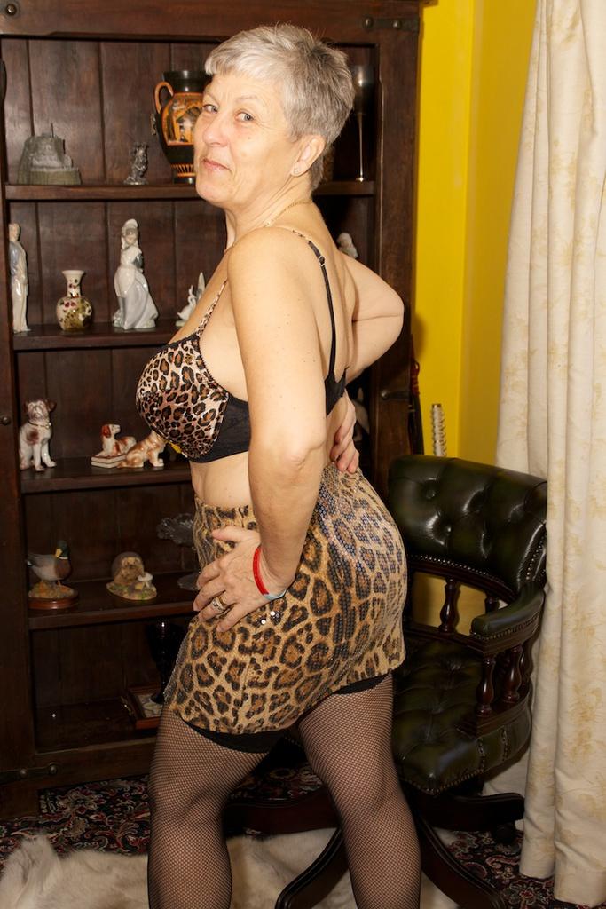 Lei con hot milf striptease SHE MAKE